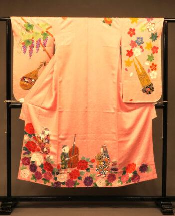 楽器を絵柄にピンク色の着物